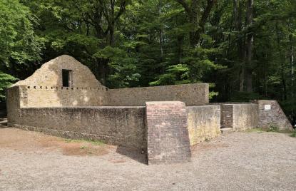 Die 1851 errichteten Ruine Karlsburg