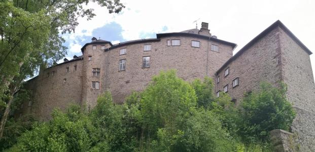 Mächtig und wehrhaft wirkt die Burg nach außen