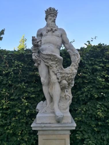 Zahlreiche Kopien antiker und klassizistischer Figuren säumen die Wege im Park