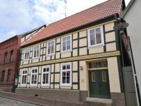 In der Altstadt dominieren traufständige, zweigeschossige Fachwerkbauten mit Ziegelfüllung zwischen dem Fassadengebälk