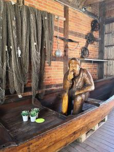 Skulptur vor einem Fischgeschäft