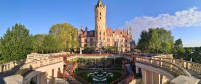 Oben das Schloss, unten die Orangerie mit Schloss-Restaurant