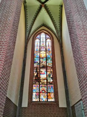 Glasfenster im Turm über dem großen Portal
