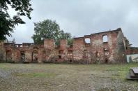 Ruine des Krummen Hauses, in dem früher die Burgherren residierten