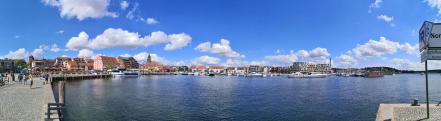 Panoramabild vom Hafen am Mittag