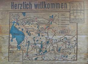 Infotafel mit einer Karte des Müritz Nationalparks