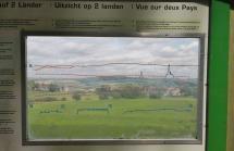 Durch diese Plexiglasscheibe kann man den komplexten Grenzverlauf zwischen Vaals und Aachen nachvollziehen