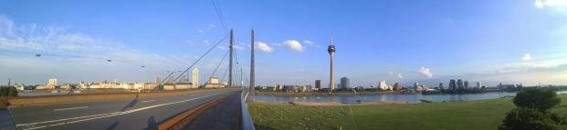 Panoramablick auf das Zentrum von Düsseldorf von der Rheinknie-Brücke