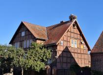 Eines der wenigen Wohnhäuser (und nicht Scheunen), auf denen ein Nest sitzt