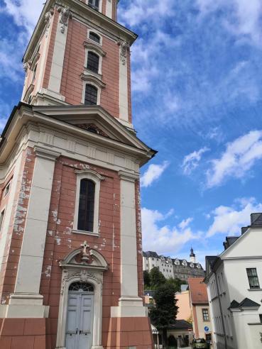 Am Turm der Stadtkirche vorbei geht der Blick zum Oberen Schloss