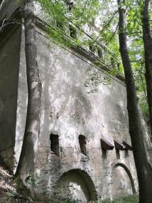 Merkwürdiges mehrstöckiges Gebäude im Wald oberhalb der Göltzsch