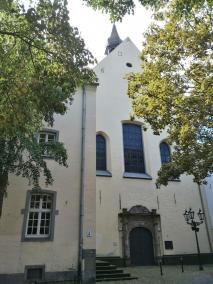 Das ehemalige Franziskanerkloser neben der Burg, heute ien Kulturforum