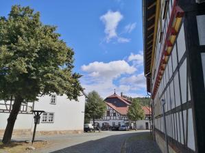 Blick aus der Gothaer Straße auf das Gemeindehaus mit der Mühlburg im Hintergrund