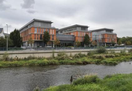 Moderner Komplex der Sparkasse Vogtland an der Elser