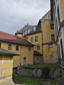 Malerisches Ensemble an der Rückseite des Schlosses über dem Burggraben