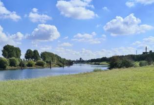 Blick auf die Ruhr stromaufwärts in Richtung des Duisburger Binnenhofens mit dem Hochlager des NRW-Landesarchivs im Hintergrund