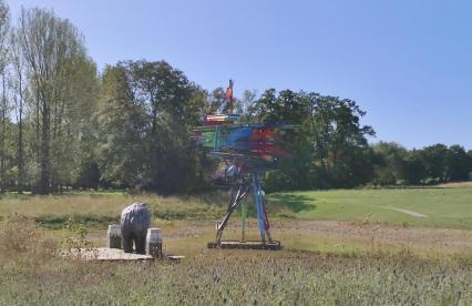 Kunst im parkähnlichen Garten einer Villa am Rande von Raeren
