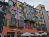 Hübsch beamaltes Wohnhaus mit Restaurants im Erdgeschoss in Domnähe