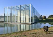 Großer Glaspaviilon im Eingangsbereich der Langen Foundation