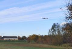 Ein AWACS-Flugzeug hebt ab