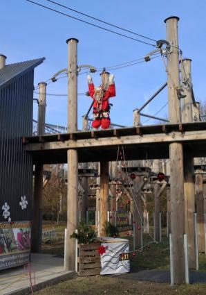 Im Hochseilgarten am Südufer des Unterbacher Sees ist in diesen Corona-Zeiten nur der Nikolaus unterwegs