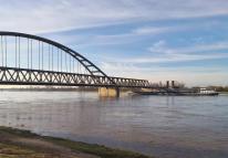 Noch einen Meter Hochwasser mehr, und das Schiff würde vor der Brücke hängen