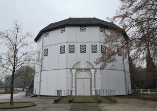 Das Globe-Theater an der Neusser Rennbahn - hier finden jeden Sommer die Shakespeare-Festspiele statt