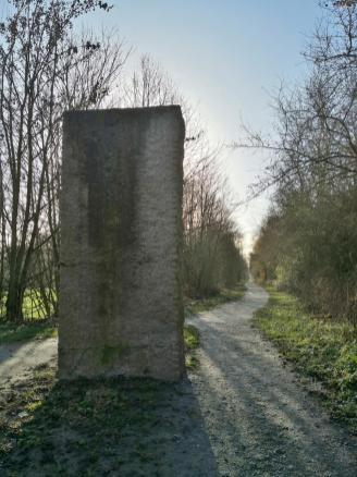 Skulptur am Eingang zum ehemaligen Strategischen Bahndamm hinter Neuss Holzheim
