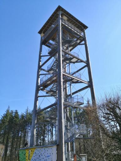 Der 30 Meter hohe Aussichtsturm am Weißen Stein
