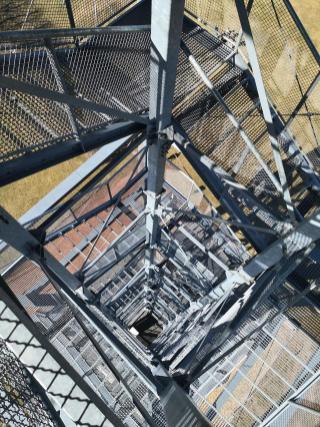 Blick hinunter von der Spitze des Aussichtsturms am Weißen Stein