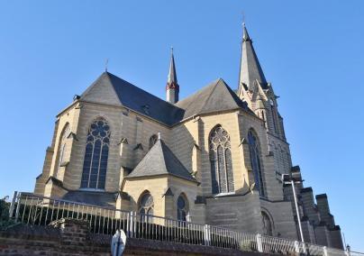 """Die mächtige Gustorfer Pfarrkirche Maria Himmelfahrt, auch als """"Dom an der Erft"""" bekannt"""