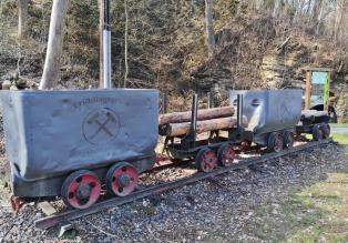 Loren am Eingang zu einem früheren Bergwerksstollen im Tal des Waldbrölbachs
