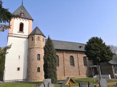 Am Startpunkt: Die Kirche St. Johann Baptist in Antweiler