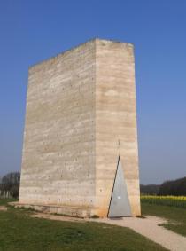 Vorne die dreieckige Eingangstür