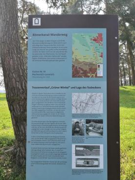 Infotafel an einer Ausgrabungsstätte der antiken römischen Wasserleitung aus der Eifel nach Köln