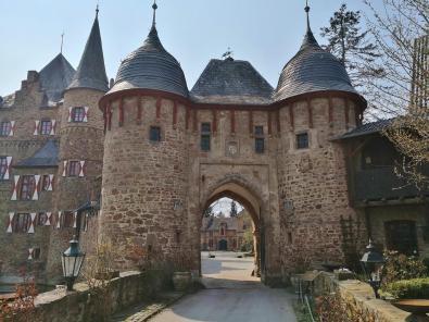 Blick in den Innenhof durch das Burgtor