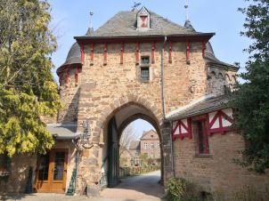Blick durch das Burgtor in den Ort