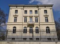 Rückseite des Schlosses, das auf einem quadratischen Grundriss mit einer Seitenlänge von jeweils knapp 20 Meter und vier identischen Fassaden besteht