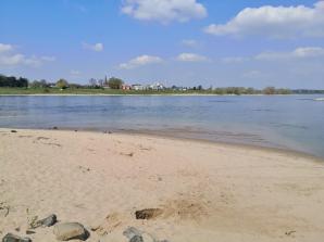 Sandstrand gegenüber von Uedesheim