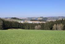 Blick zur Autobahnbrücke der A60 über das Prümtal südlich von Prüm