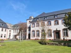 Die ehemaligen Klostergebäude beherbergen heute ein Progymnasium der Vinzentiner.