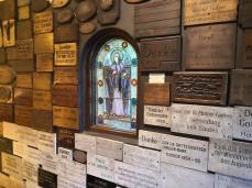 Dankestafeln an die Gottesmutter Maria rechts vom Eingang