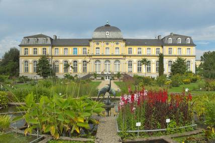 Poppelsdorfer Schloss, Südostansicht aus dem Botanischen Garten(Foto YvoBentele   http://commons.wikimedia.org   Lizenz: CC BY-SA 3.0 DE)