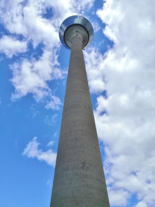 Blick hinauf zur 240 Meter hohen Besucherplattform des Rheinturms