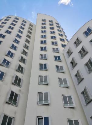 Fassade eines der drei Gehry Bauten