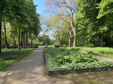 """Blick in den Kaisergarten mit der Skulptur """"Krone"""""""