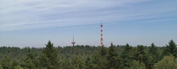 Blick von der Spitze des Aussichtsturms zu den Sendeanlagen in den Dammer Bergen