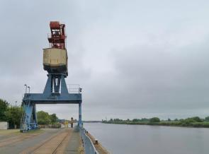 Großer Hafenkran am Womo-Stellplatz an der Hunte