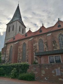 Die Kirche von der Hofstätte aus gesehen, der historischen Keimzelle des Ortes