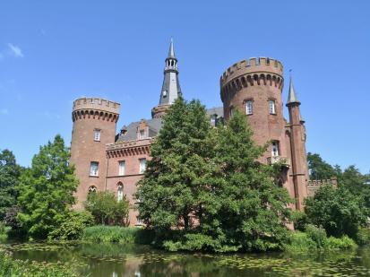 Seitlicher Blick auf Schloss Moyland